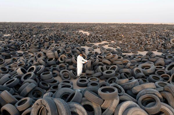 На предприятии уверены, что помогают обществу, превращая выброшенные старые шины в потребительские товары - Sputnik Грузия
