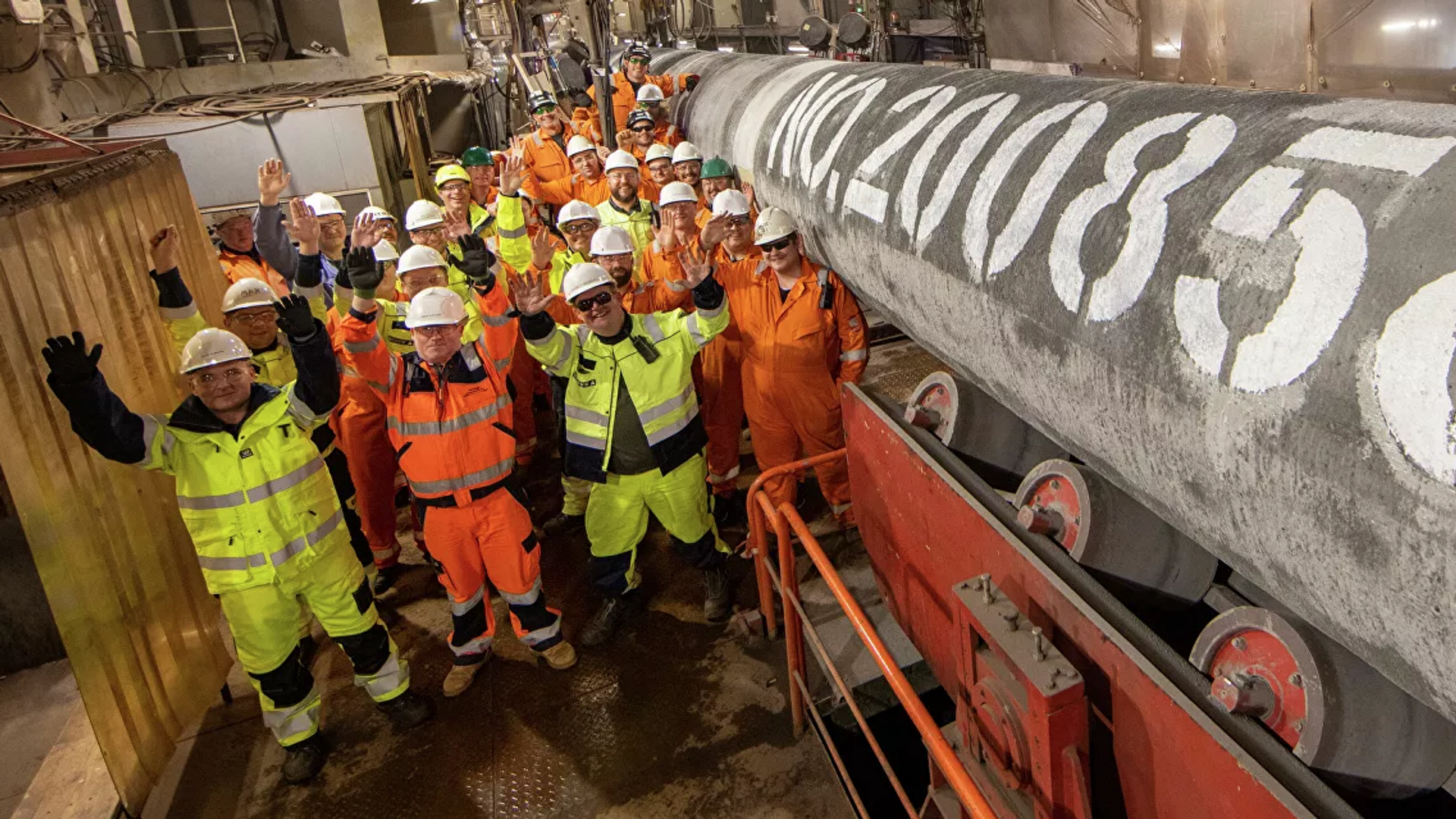 Специалисты трубоукладочной баржи «Фортуна» после сварки последней трубы второй нитки газопровода «Северный поток ‑ 2»  - Sputnik Грузия, 1920, 10.09.2021