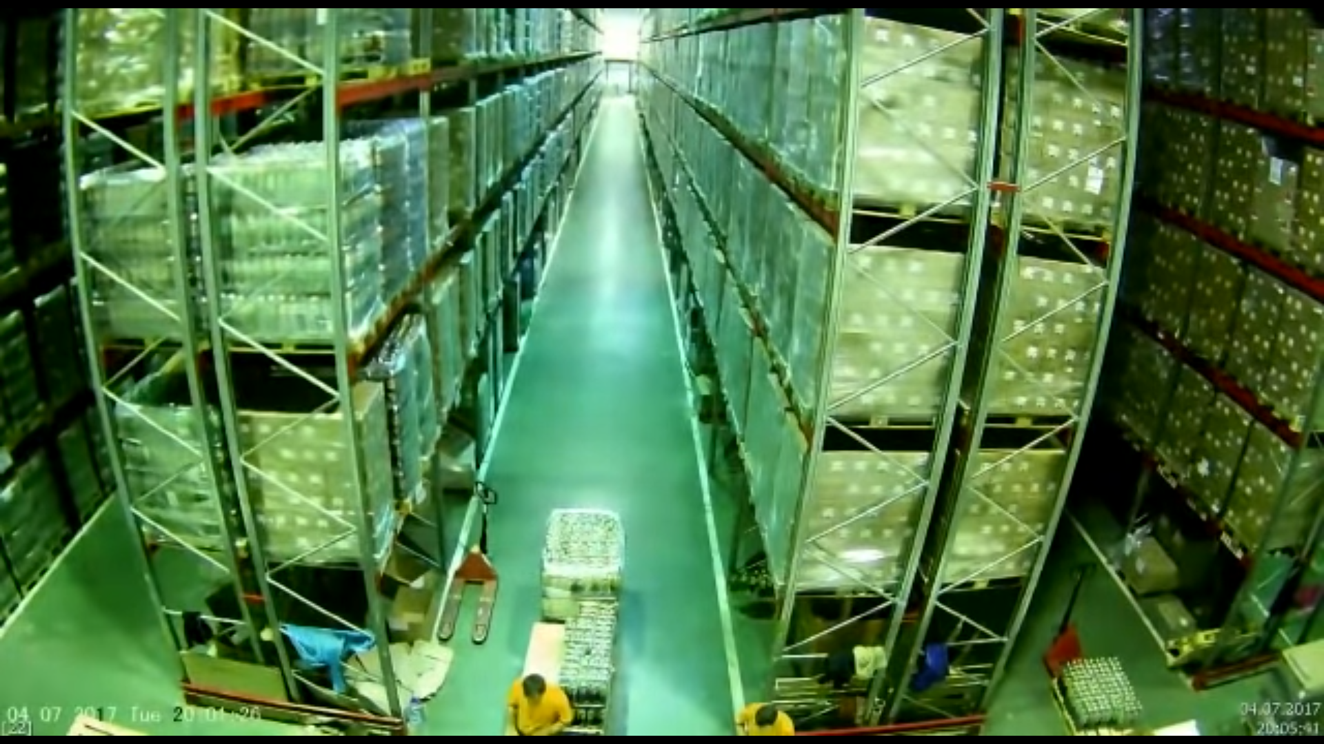 Погрузчик случайно задел стеллаж на огромном складе и разрушил все вокруг – видео - Sputnik Грузия, 1920, 10.09.2021