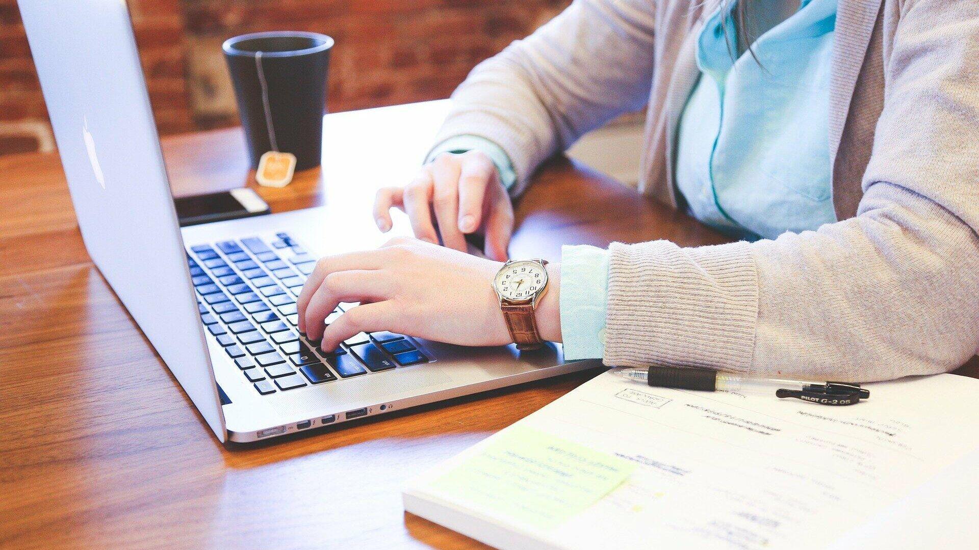 Человек работает за ноутбуком в интернете - руки на клавиатуре - Sputnik Грузия, 1920, 11.09.2021