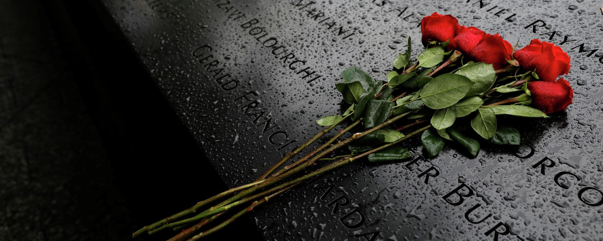 Цветы в память о погибших - мемориал памяти жертв теракта 9/11 - Sputnik Грузия, 1920, 11.09.2021