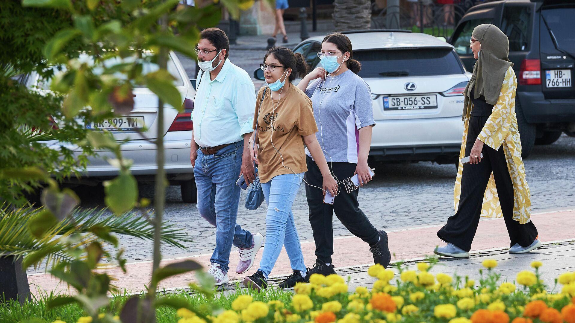 Эпидемия коронавируса - туристы на улице в масках - Sputnik Грузия, 1920, 13.09.2021