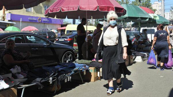 Эпидемия коронавируса - прохожие в масках на рынке - Sputnik Грузия
