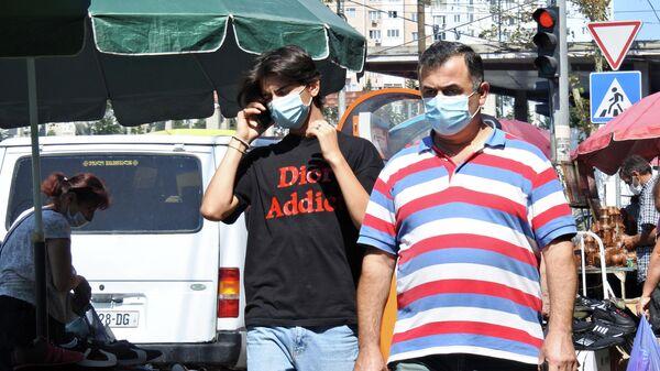 Эпидемия коронавируса - прохожие в масках - Sputnik Грузия