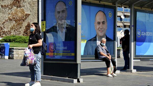 Предвыборная агитация на автобусной остановке - Sputnik Грузия