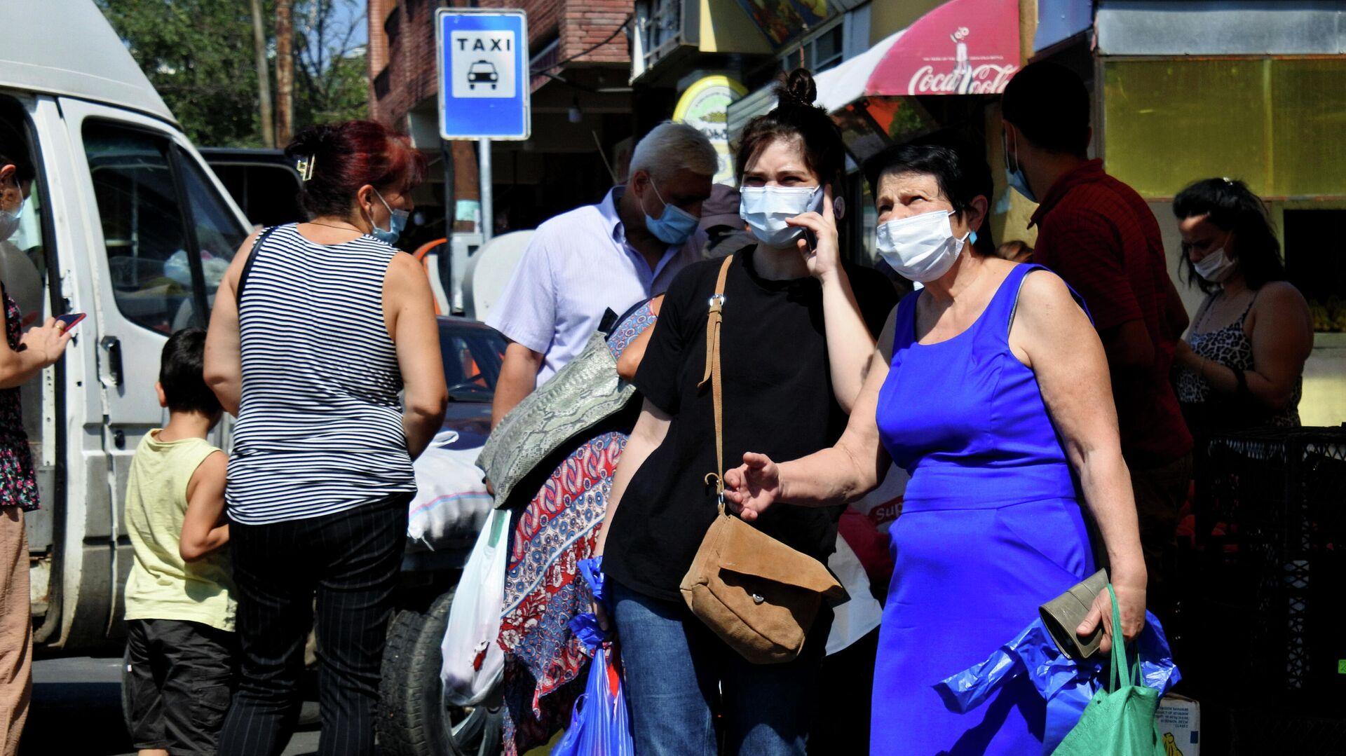 Эпидемия коронавируса - прохожие на улице в масках - Sputnik Грузия, 1920, 17.09.2021