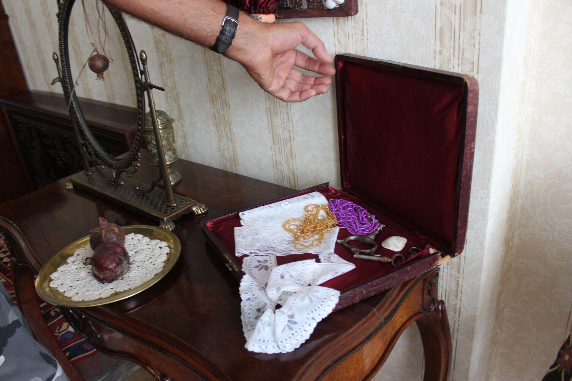 В этой узкой шкатулке с бархатным дном режиссер обнаружил ключи и бусы - Sputnik Грузия, 1920, 16.09.2021