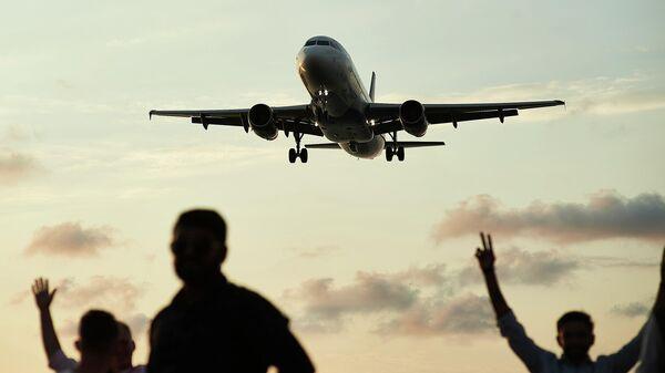 Пассажирский самолет заходит на посадку - Sputnik Грузия