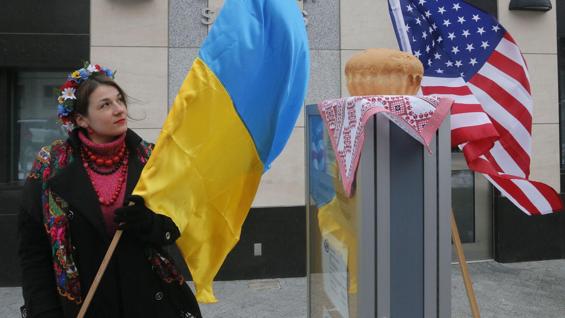 Девушка с украинским флагом у посольства США в Киеве  - Sputnik Грузия, 1920, 17.09.2021