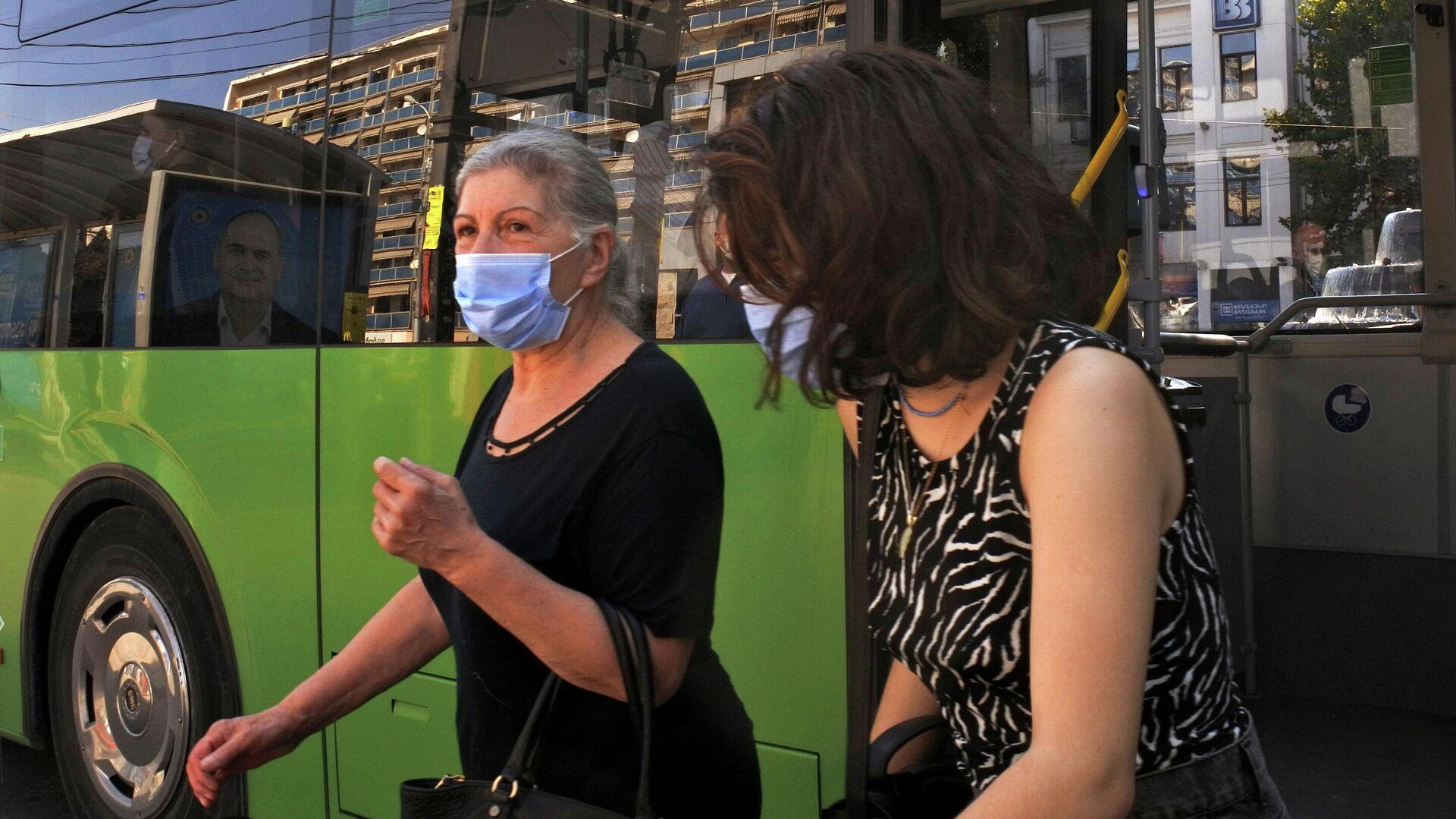 Эпидемия коронавируса - женщины в масках выходят из автобуса - Sputnik Грузия, 1920, 21.09.2021