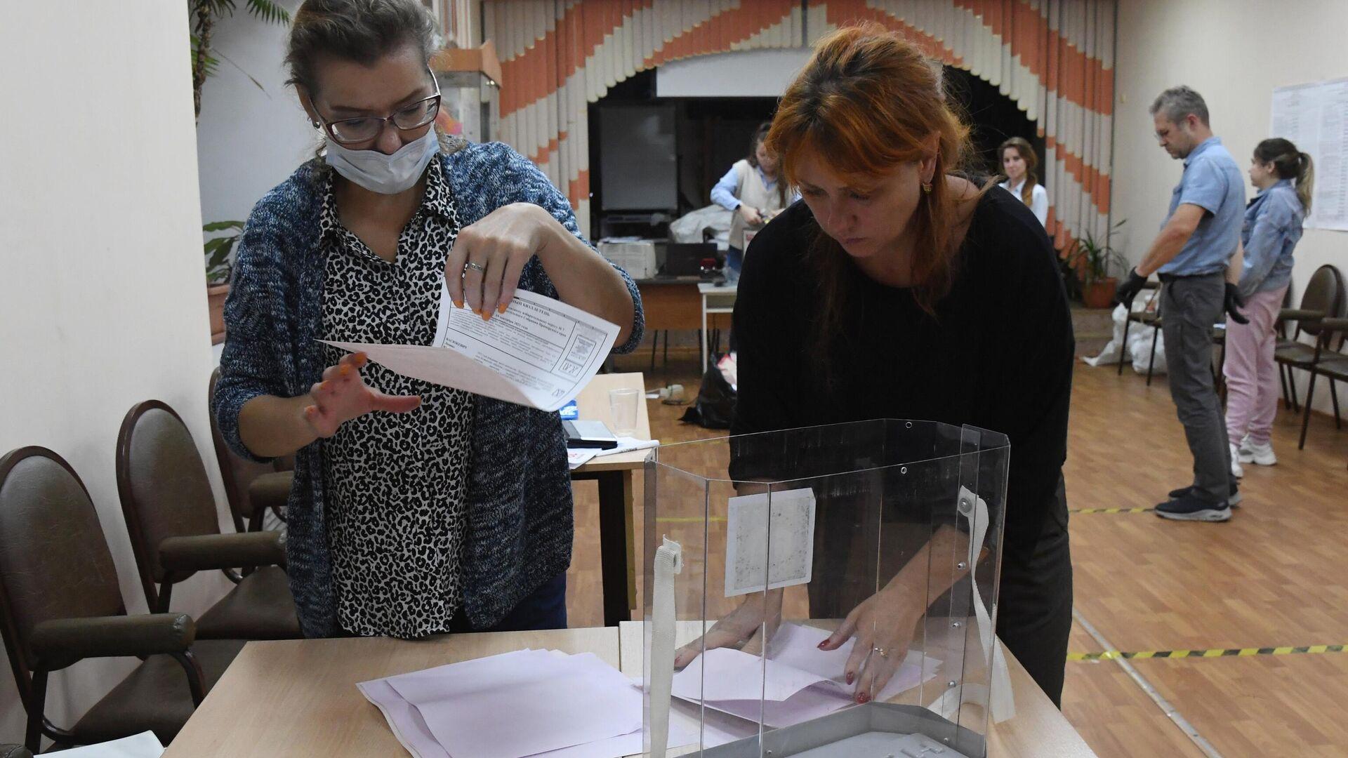 Подсчет голосов на выборах в единый день голосования - Sputnik Грузия, 1920, 20.09.2021