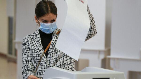 Девушка голосует на избирательном участке - Sputnik Грузия