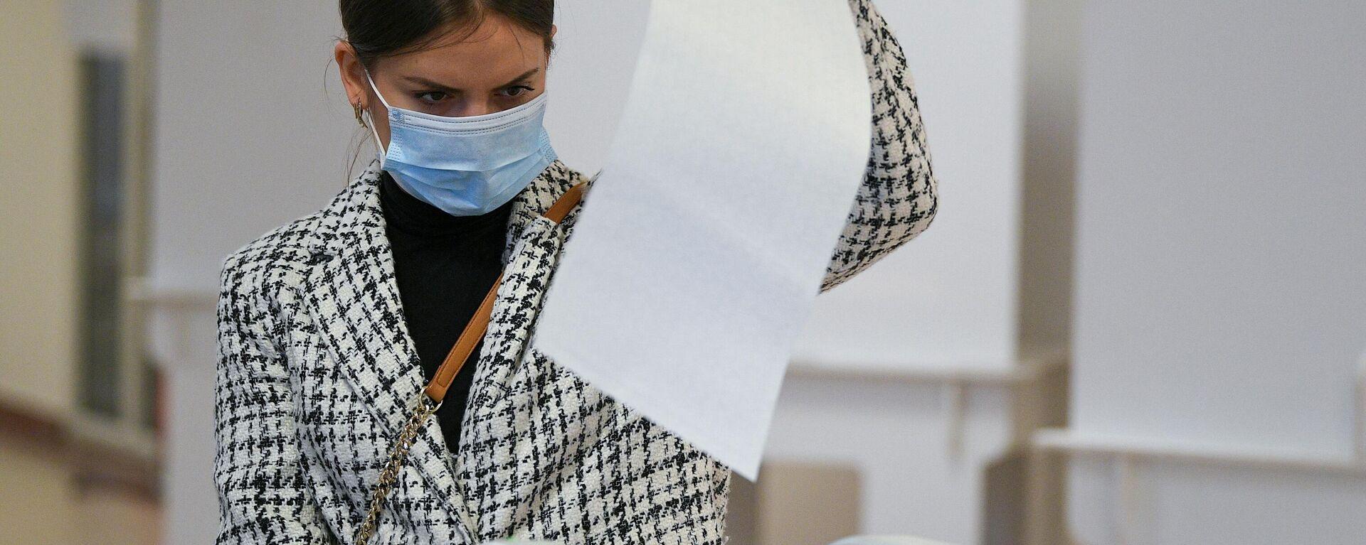 Девушка голосует на избирательном участке - Sputnik Грузия, 1920, 19.09.2021