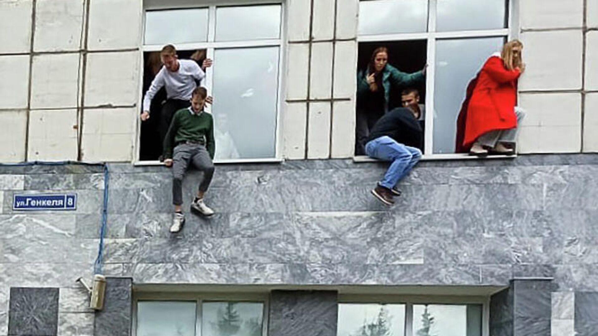 Студенты выпрыгивают из окон Пермского государственного национального исследовательского университета - Sputnik Грузия, 1920, 20.09.2021