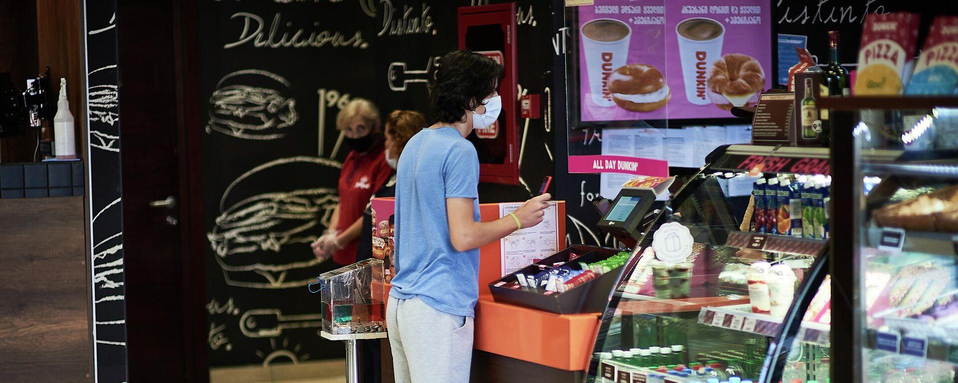 Эпидемия коронавируса - посетитель кафе в маске - Sputnik Грузия, 1920, 25.09.2021