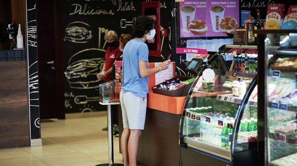 Эпидемия коронавируса - посетитель кафе в маске - Sputnik Грузия