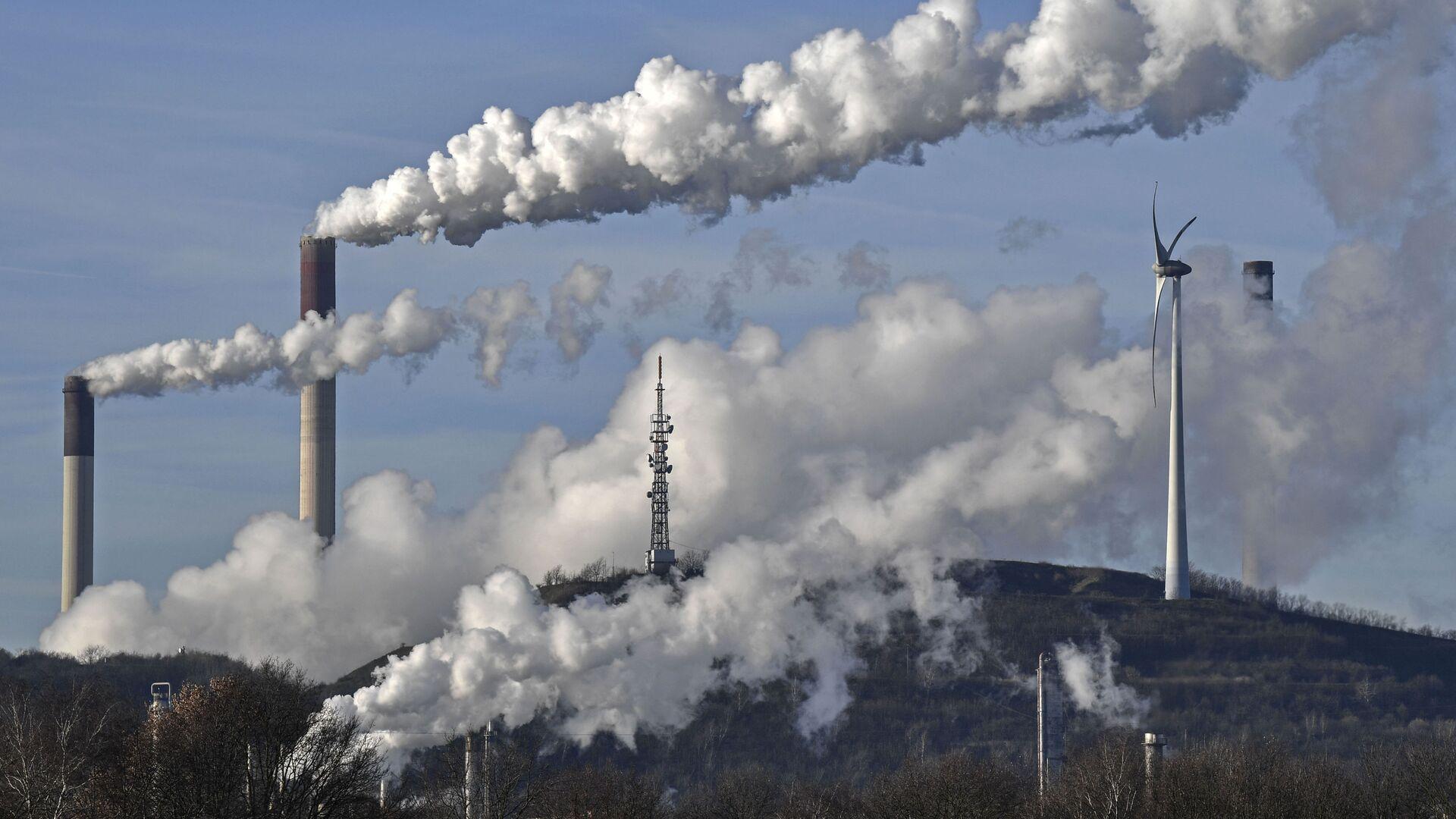 Угольная электростанция энергетической компании Uniper и нефтеперерабатывающий завод BP в Германии - Sputnik Грузия, 1920, 21.09.2021