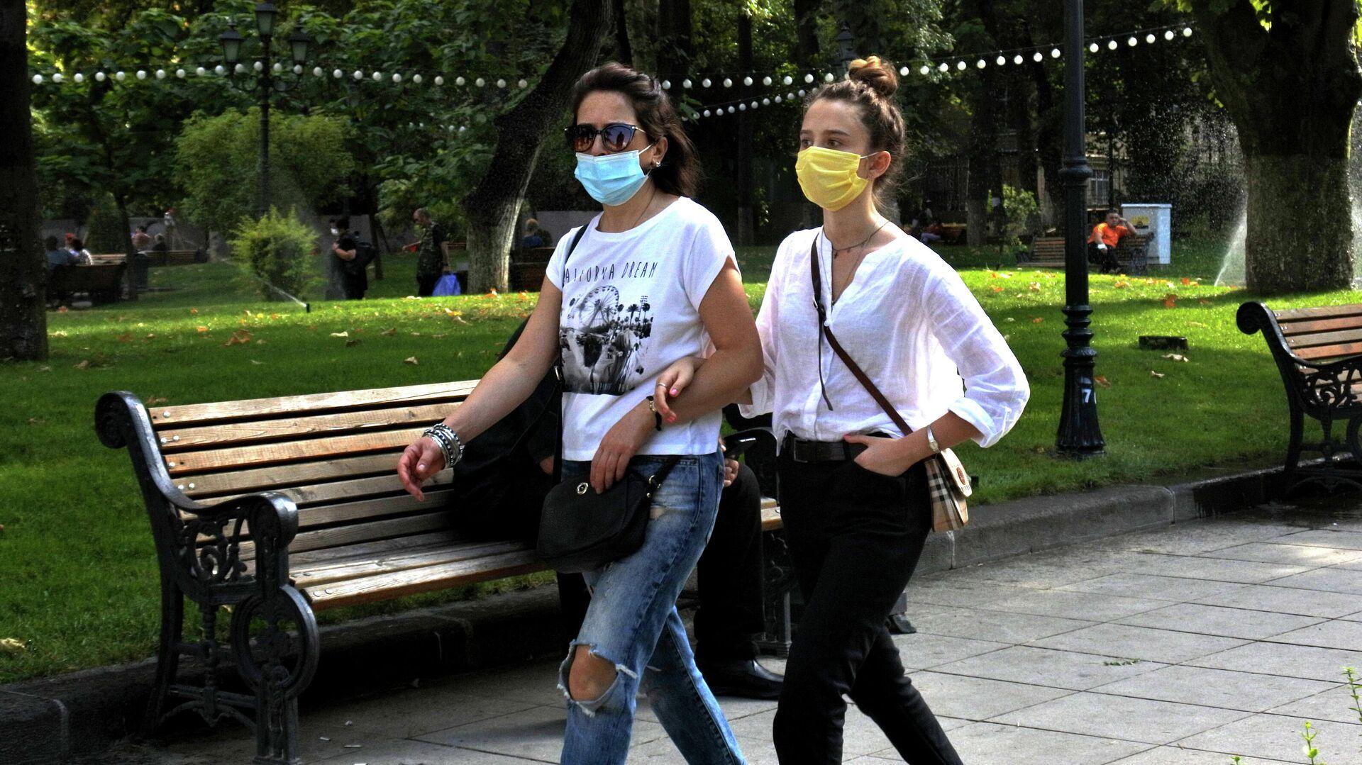 Эпидемия коронавируса - люди на улице в масках - Sputnik Грузия, 1920, 22.09.2021