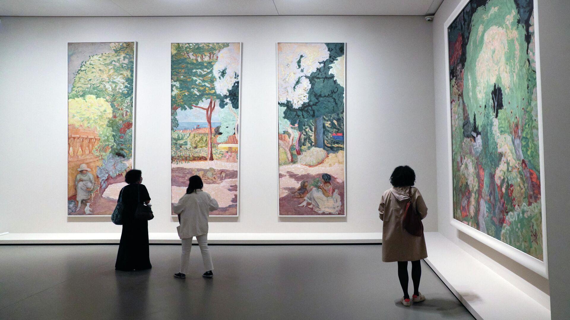 Посетители смотрят на картины французского художника Пьера Боннара во время пресс-показа выставки коллекции братьев Морозовых в Фонде Louis Vuitton в Париже - Sputnik Грузия, 1920, 22.09.2021