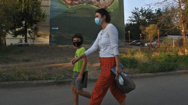 Эпидемия коронавируса - люди в масках - Sputnik Грузия