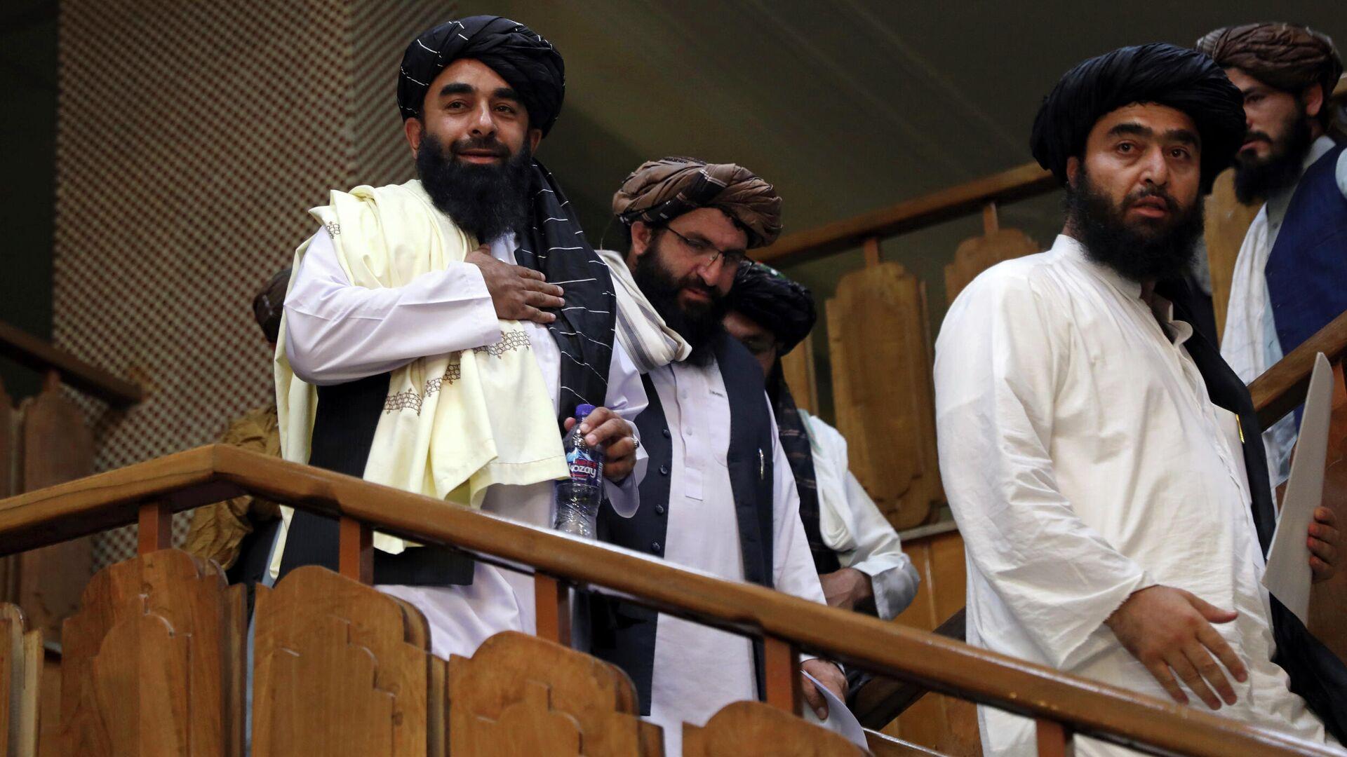 Представитель Талибана Забихулла Муджахид (слева) прибывает на свою первую пресс-конференцию в Информационный центр правительственных СМИ в Кабуле - Sputnik საქართველო, 1920, 27.09.2021