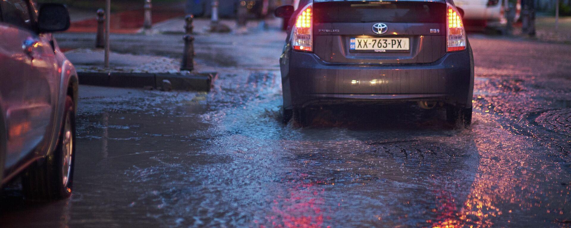 Лужи на дороге после сильного дождя на одной из батумских улиц - Sputnik Грузия, 1920, 24.09.2021