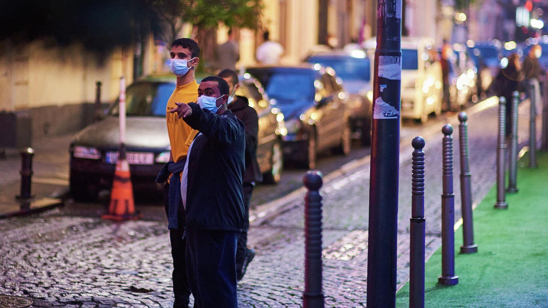 Эпидемия коронавируса - прохожие на улице в масках - Sputnik Грузия, 1920, 24.09.2021