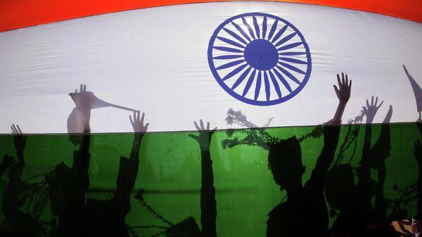 Силуэты людей на фоне национального флага Индии - Sputnik Грузия