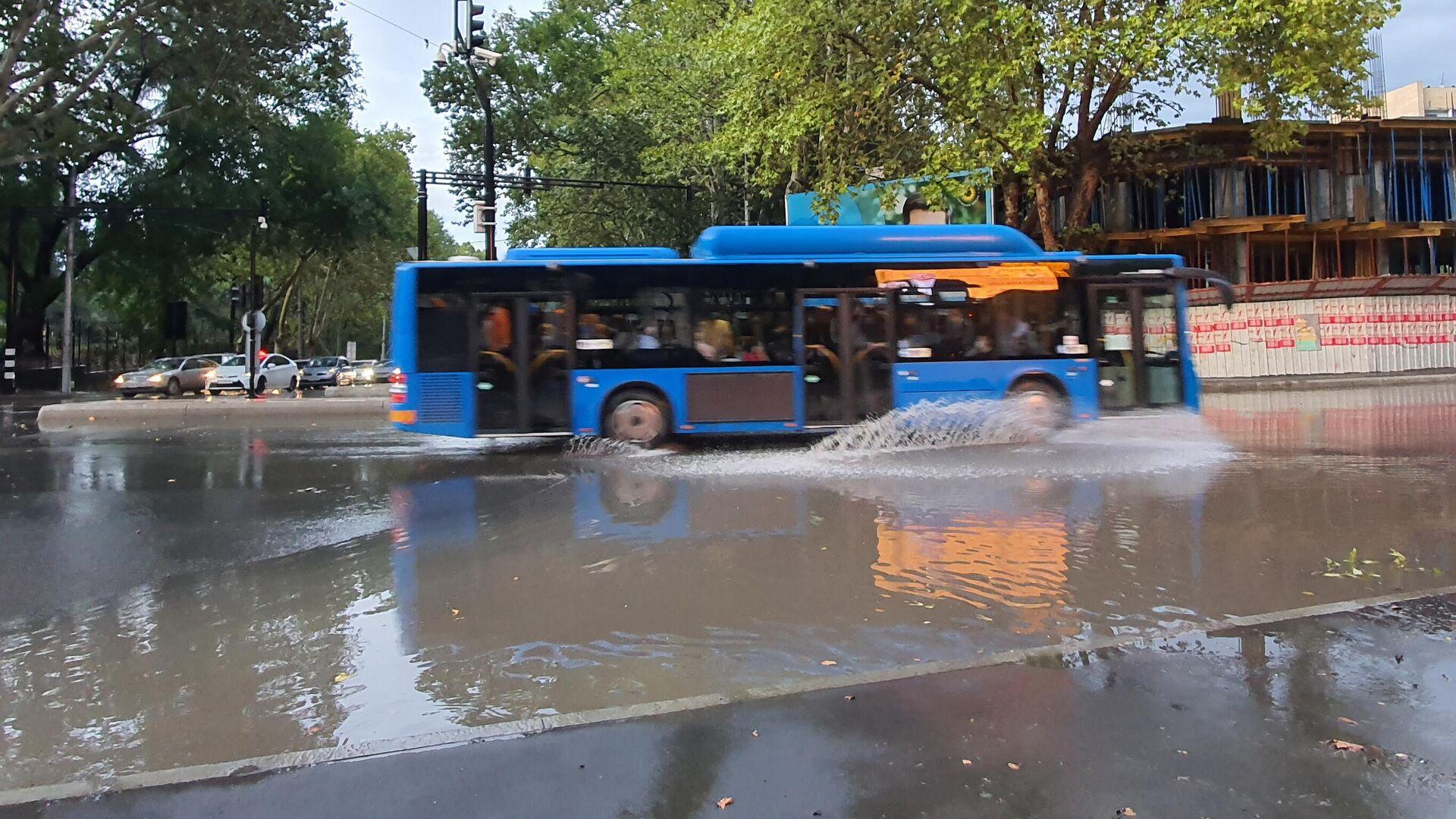 Сильный дождь - залитые водой улицы на проспекте Чавчавадзе - Sputnik Грузия, 1920, 24.09.2021