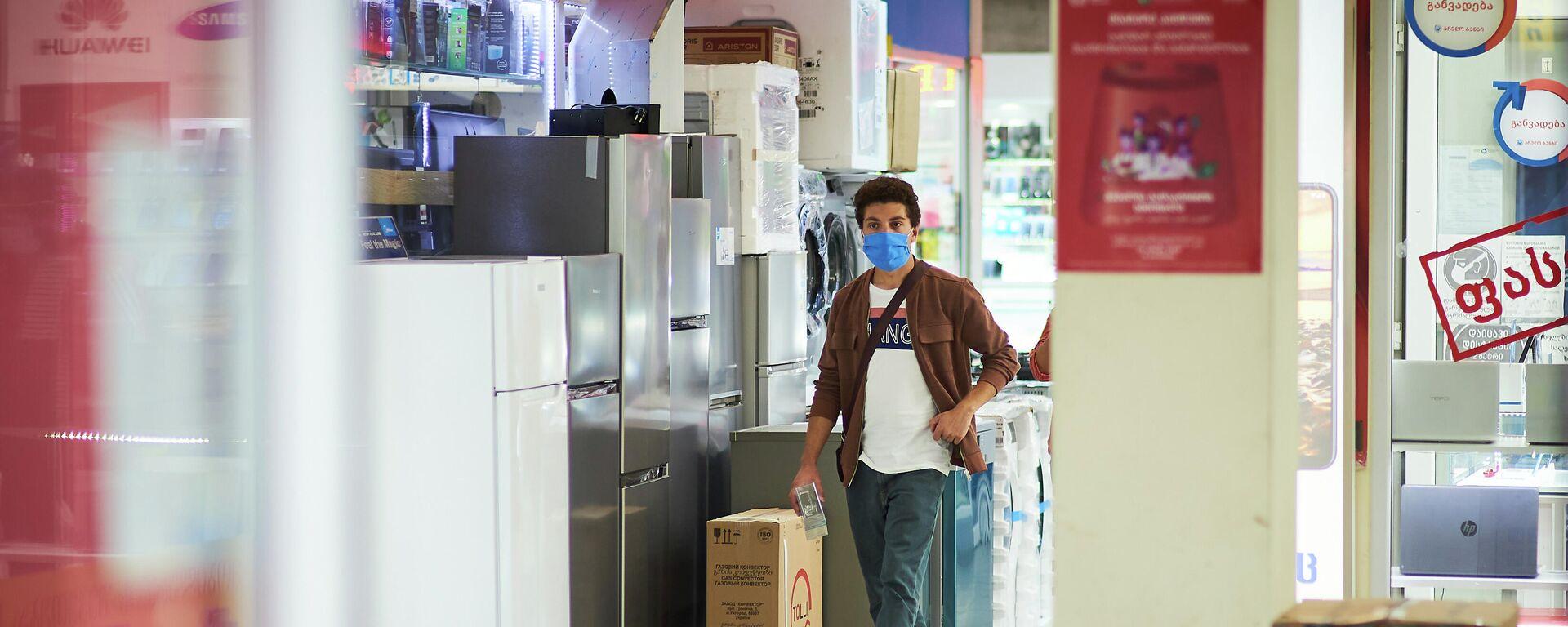 Эпидемия коронавируса - покупатели в магазине в масках - Sputnik Грузия, 1920, 26.09.2021