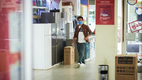 Эпидемия коронавируса - покупатели в магазине в масках - Sputnik Грузия