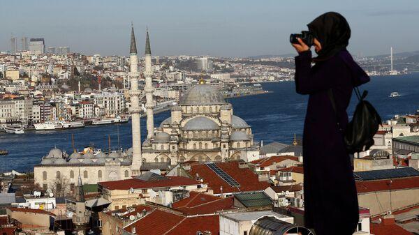 Вид на пролив Босфор, туристка фотографирует Стамбул, Турция - Sputnik Грузия