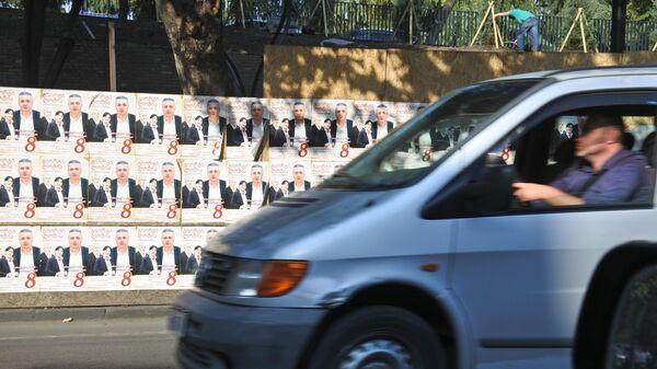 Предвыборная реклама и автомобили на дороге - Sputnik Грузия
