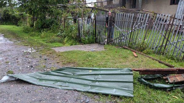 Сорванные с построек крыши ветер раскидал по округе. - Sputnik Грузия
