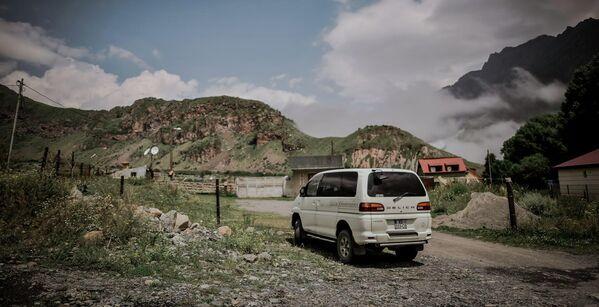 """Автомобиль Delica - один из самых популярных для поездок в этот регион. Поселок Степанцминда даже прозвали """"Делика-сити"""", так как там очень много таких машин.  - Sputnik Грузия"""