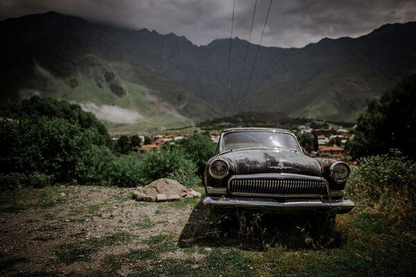 """Хотя тут можно обнаружить и раритеты автопрома. Это советский автомобиль """"Волга ГАЗ-21"""", сохранившийся до нашего времени. - Sputnik Грузия"""