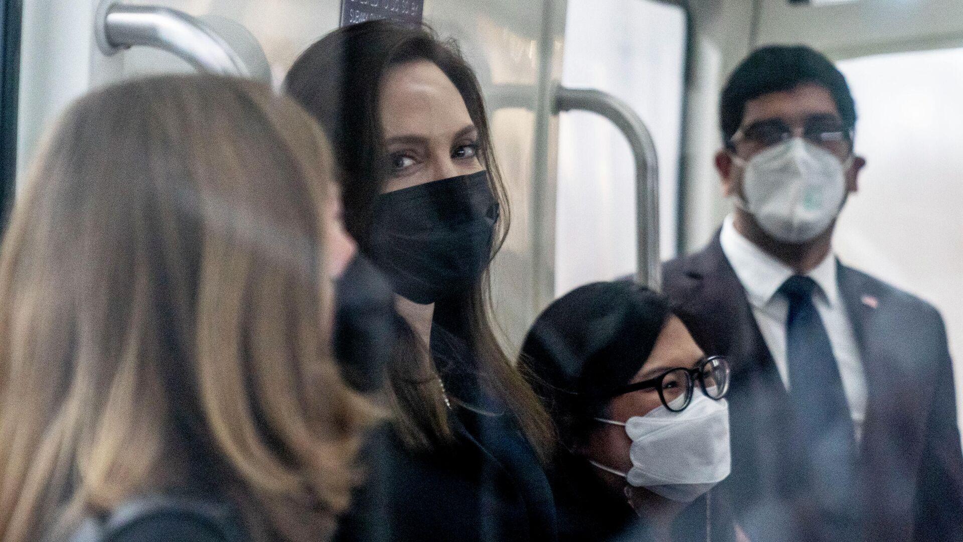 Анджелина Джоли в маске во время пандемии коронавируса - Sputnik Грузия, 1920, 09.10.2021