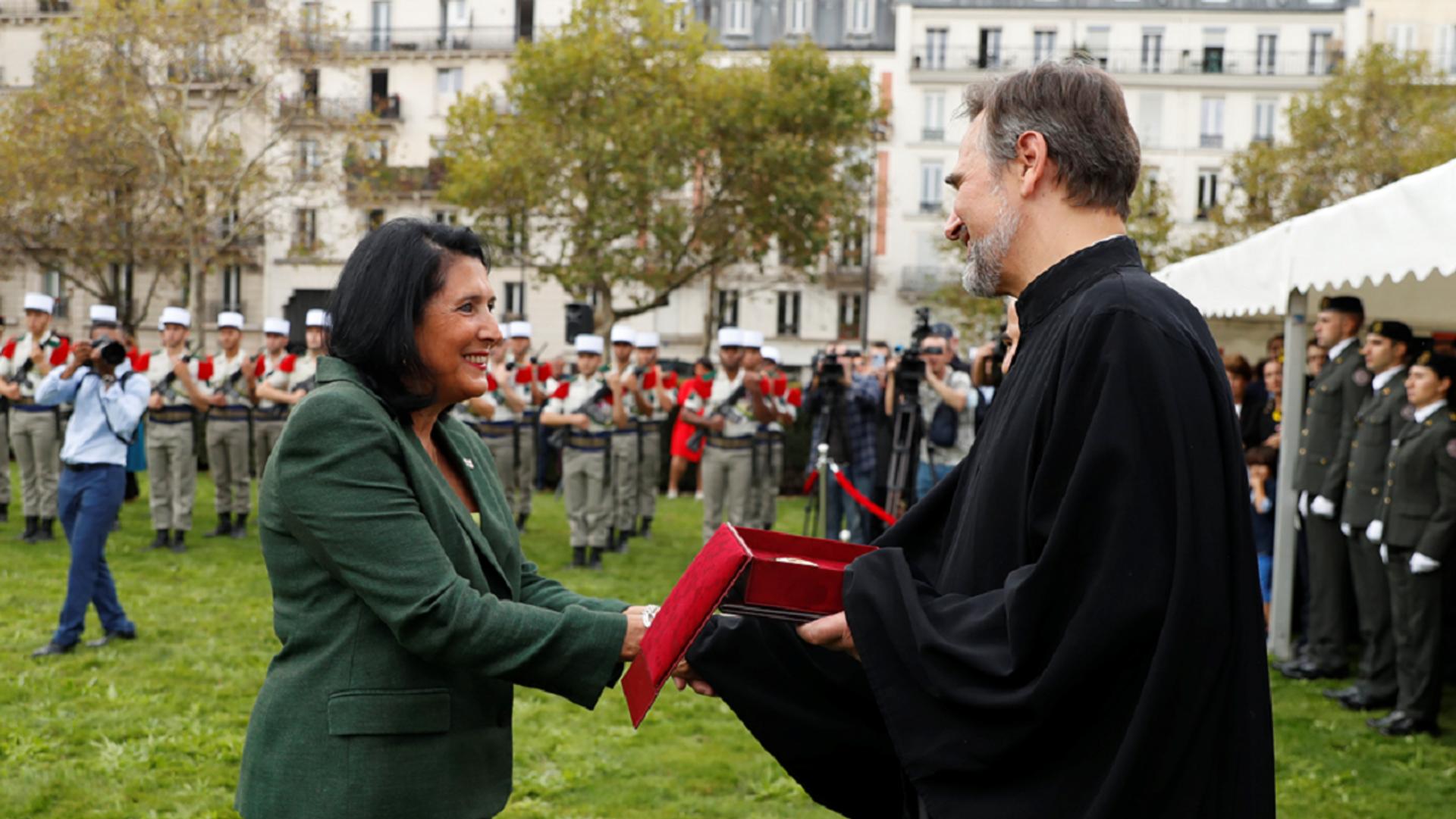 Саломе Зурабишвили вручает награды представителям диаспоры во Франции - Sputnik Грузия, 1920, 26.09.2021