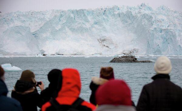 Ледник Эки в заливе Диско в 70 км от городка Илулиссата в Гренландии привлекает огромное количество туристов - Sputnik Грузия