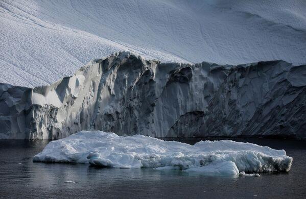 Этот айсбергообразующий ледник является одним из самых быстродвижущихся в Гренландии, его скорость составляет 30 м в сутки - Sputnik Грузия