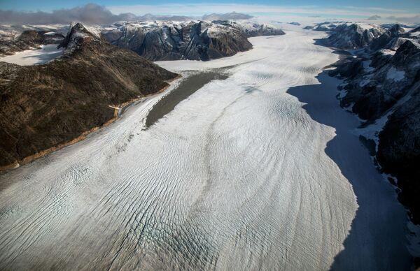 Ледник Эки представляет собой язык мощнейшего выводного ледника Якобсхавн, или как его еще называют Сермек Куяллек. Ледник Якобсхавн заканчивается у моря в Илулиссатском ледяном фьорде - Sputnik Грузия