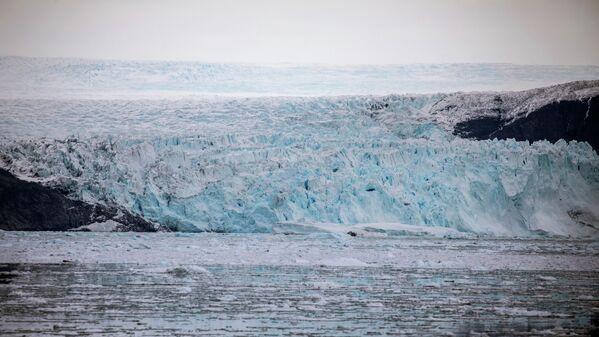 Кромка ледника протяженностью в 5 км и высотой до 100 м спускается прямо в воду. Это позволяет лодкам подойти к ледниковой массе на максимально близкое расстояние и наблюдать с борта за уникальным зрелищем рождения айсбергов - Sputnik Грузия