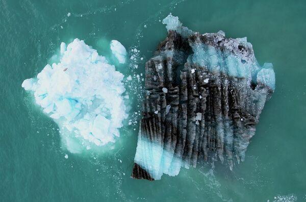 В августе 2021 года экстремальный ливень сбросил 7 миллиардов тонн воды на ледяной покров. Выпадение дождя говорит о быстром потеплении в Гренландии - Sputnik Грузия