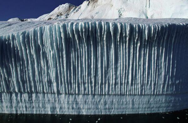 Отламываясь от ледника, айсберги уплывают в море. Таяние ледников Гренландии ускорилось почти в шесть раз с 80-х годов - Sputnik Грузия