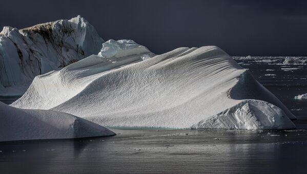 Ежегодно около 35 миллиардов тонн айсбергов откалываются и выходят из фьорда - Sputnik Грузия