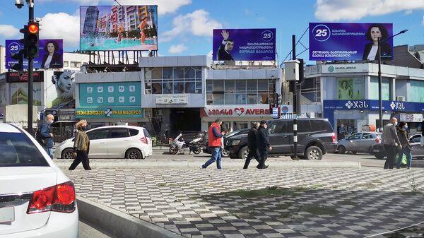 Предвыборная реклама на улицах - плакаты и баннеры в районе Глдани - Sputnik Грузия