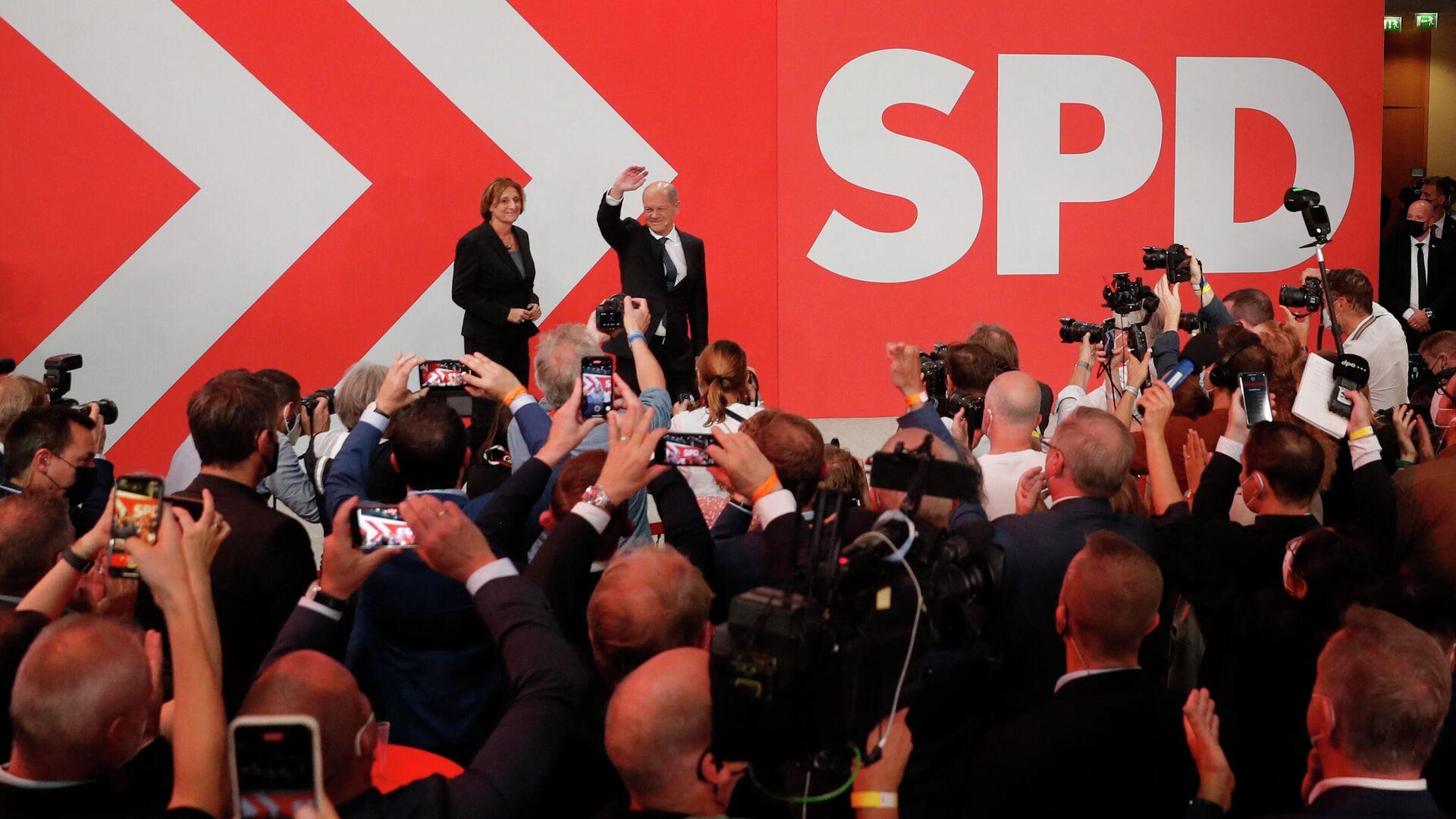 Олаф Шольц и лидеры Социал-Демократов в избирательном штабе - Sputnik Грузия, 1920, 27.09.2021