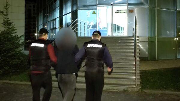 Полицейские доставляют задержанных в отделение - Sputnik Грузия