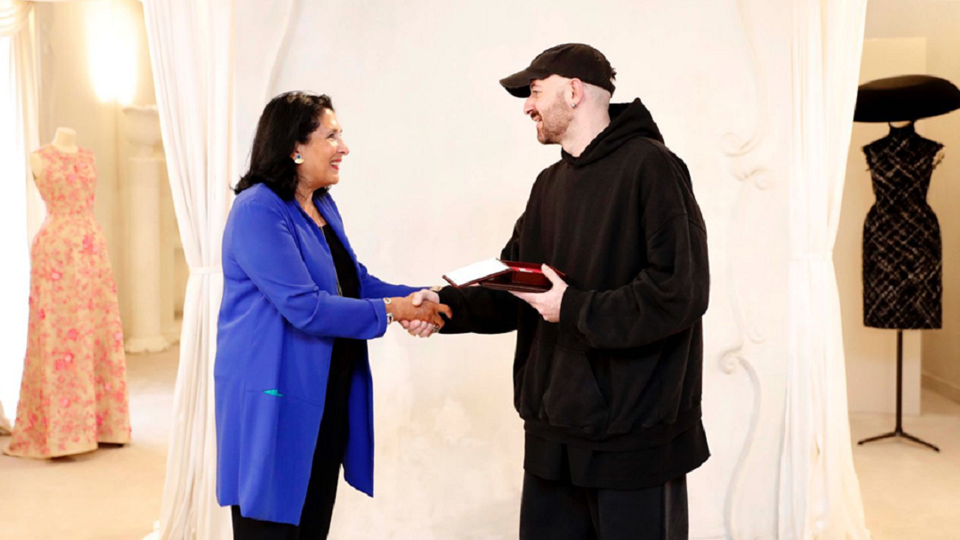 Президент Грузии Саломе Зурабишвили наградила Медалью Чести Демну Гвасалия - Sputnik Грузия, 1920, 27.09.2021