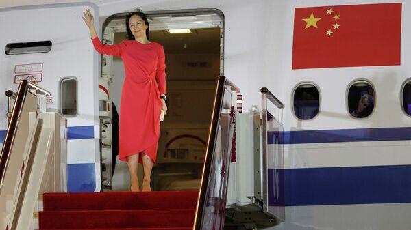 Финансовый директор Huawei Мэн Ваньчжоу выходит из самолета в аэропорту города Шэньчжэнь - Sputnik Грузия